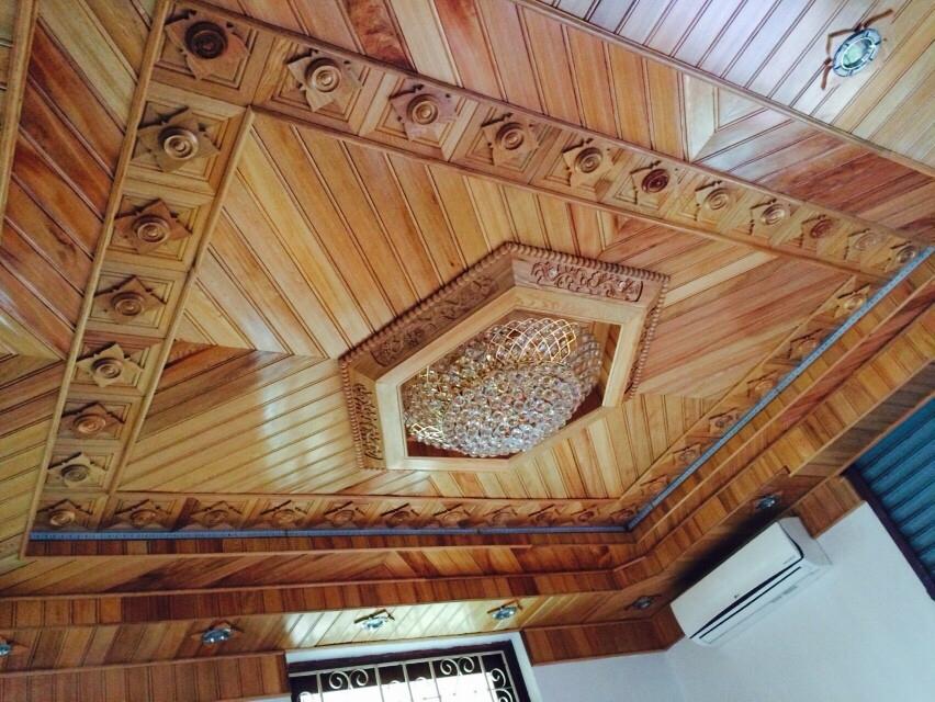 Mẫu trần gỗ phòng khách có đặc điểm gì ?