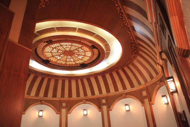Địa chỉ thiết kế và thi công trần gỗ phòng khách uy tín