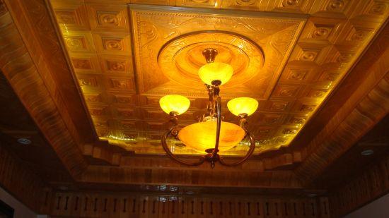 Giá trần gỗ pơmu phòng khách