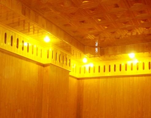 Vệ sinh trần gỗ pơ mu bằng bình áp lực khí mạnh