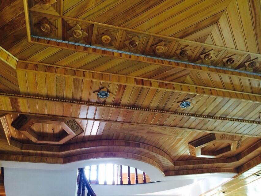 Thiết kế trần gỗ pơ mu phù hợp với căn phòng