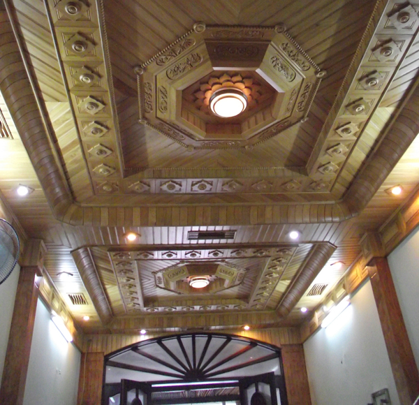 Mẫu trần gỗ tam cấp cho phòng khách