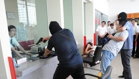 Camera an ninh ghi lại cảnh tên cướp, dí súng cướp hơn 2 tỷ đồng