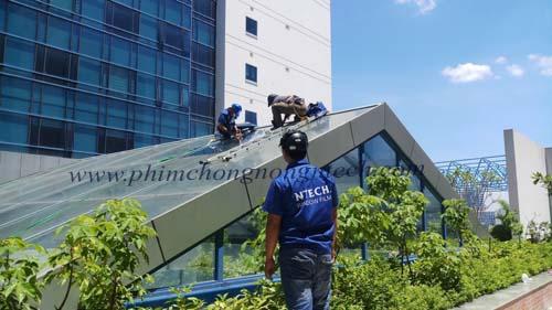 Dán phim cách nhiệt NTECH chống nóng mái kính tại trường ĐH Kinh Tế Quốc