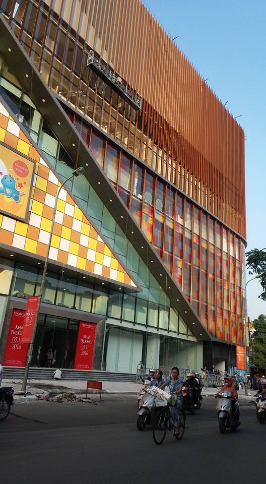 Dán kính mờ phim trang trí white matte tại tòa VINCOM Phạm Ngọc Thạch