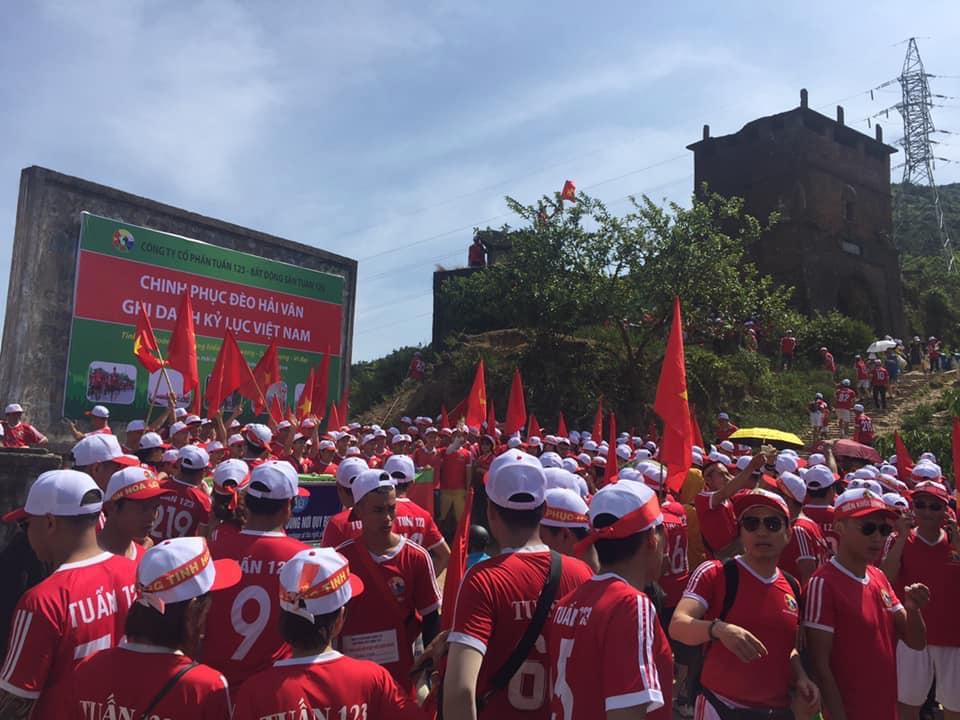 Kỷ lục Việt Nam ghi nhận Tuấn 123 đoàn người đông nhất chinh phục Hải Vân Quan