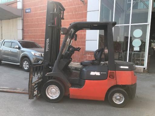 Xe nâng dầu diesel Toyota 7FD25 V4000 2005 Dịch càng, dịch giá