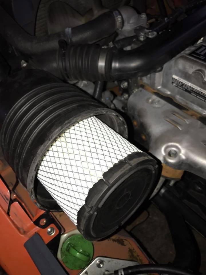 thay lọc gió mới cho khách mua xe nâng cũ