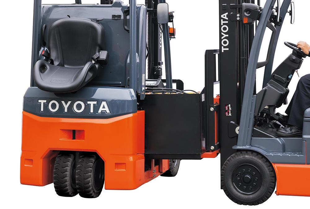 Thay ắc quy xe nâng điện Toyota