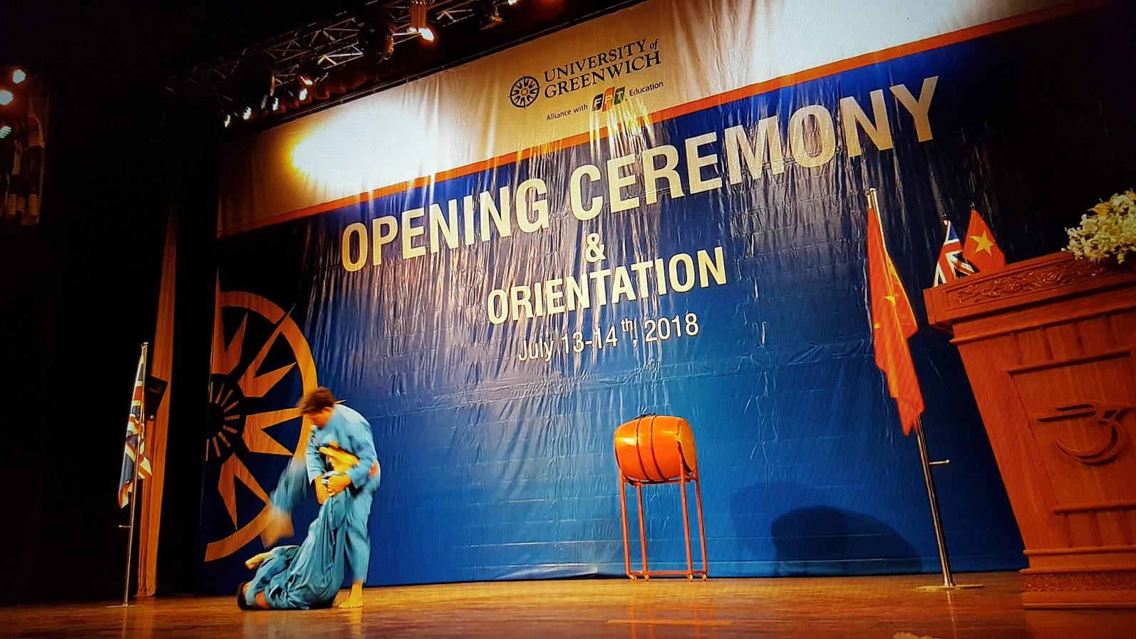 """Lễ khai giảng ĐH FPT """"có một không hai"""" tại Việt Nam - Une de Cérémonie spéciale d'Ouverture scolaire au VietNam."""