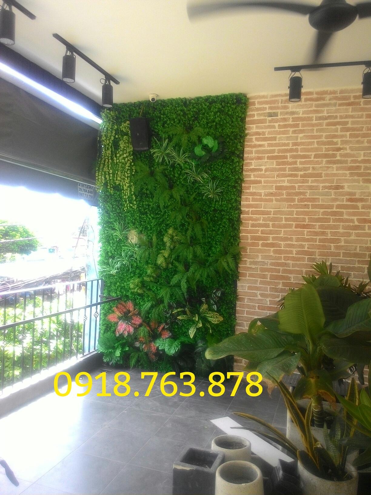 Thi công tường cây cỏ giả trang trí quán cafe THE FRIENDS quận thủ đức