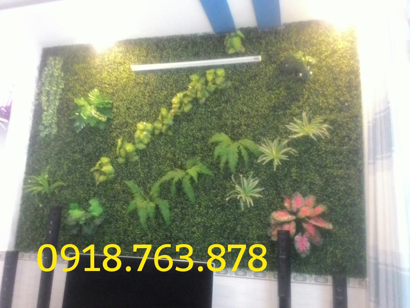 Vách lá cỏ trang trí phòng khách nhà chị Trinh quận Gò Vấp
