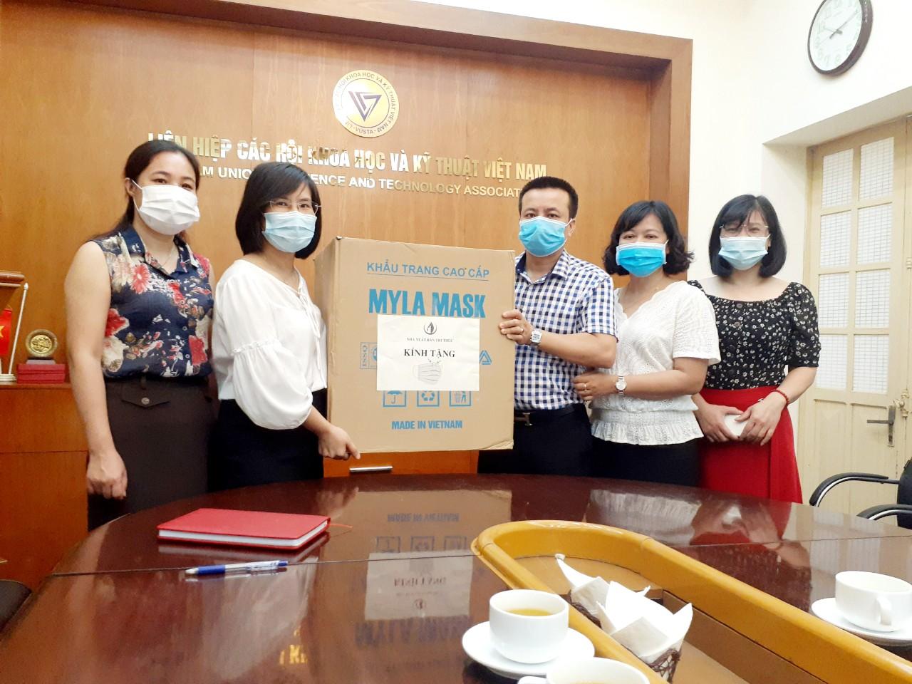Nhà xuất bản Tri thức trao tặng khẩu trang cho Liên hiệp các Hội Khoa học & Kỹ thuật Việt Nam