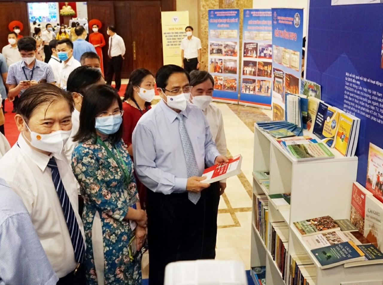 Sách Nxb Tri thức tại Hội nghị  đội ngũ tri thức khoa học và công nghệ Việt Nam triển khai thực hiện Nghị quyết Đại hội lần thứ XIII của Đảng