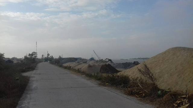"""Bãi cát sỏi không phép """"chèn ép"""" đê Hữu Hồng"""
