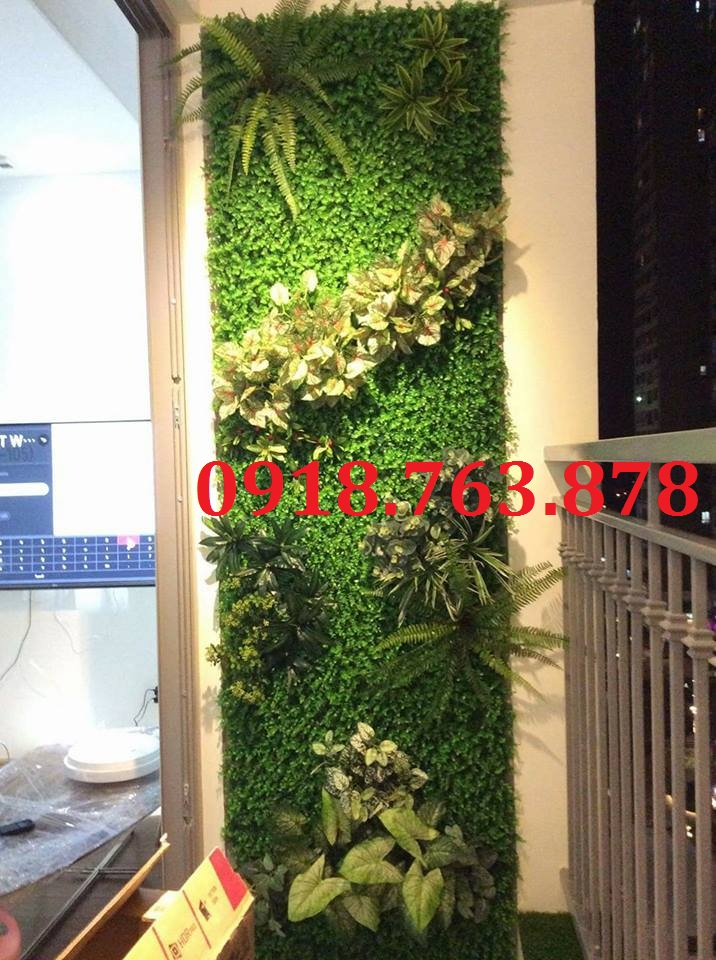 Trang trí mảng tường cây giả cắm full cây cho ban công căn hộ Masteri quận 2