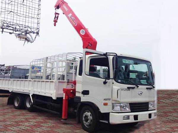 HD210 gắn cẩu Unic 5 tấn