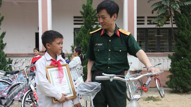 """Học bổng """"Vì em hiếu học"""" tiếp tục đến với trẻ em nghèo hiếu học trên toàn quốc"""