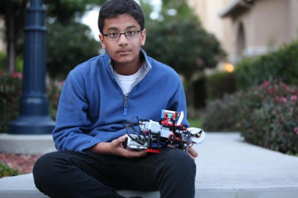 Cậu bé 12 tuổi phát minh máy in chữ nổi từ bộ đồ chơi Lego