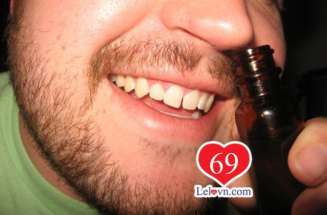 đưa thuốc kích dục jungle juice plus lên mũi và hít