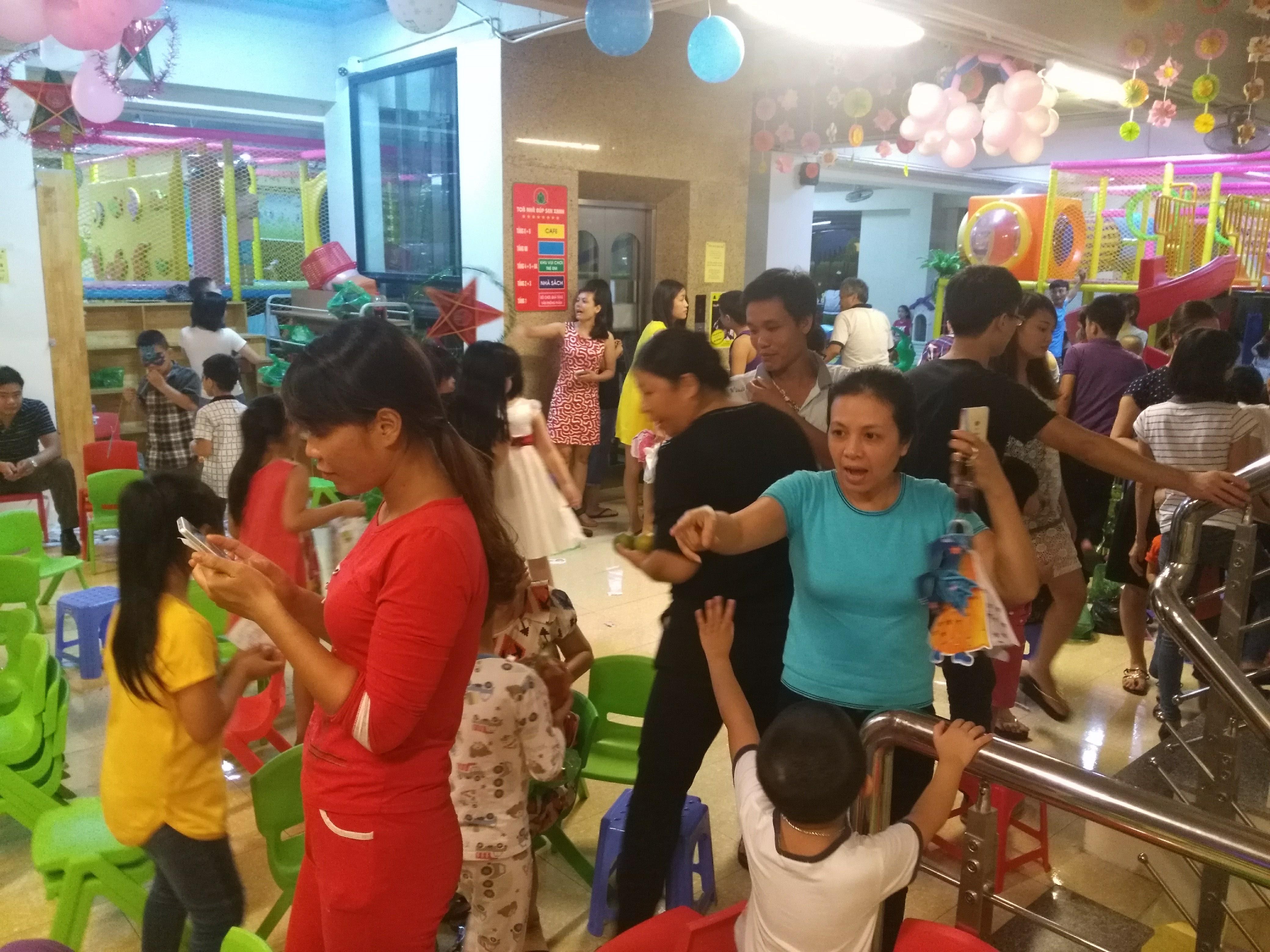 Nhận số lượng lớn trẻ em đến khu vui chơi Nhà sách Việt Lý