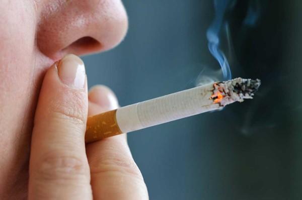 Hút thuốc lá khiến bệnh đau lưng càng nặng hơn