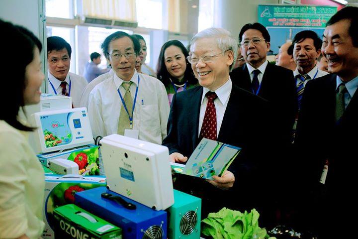Tổng bí thư Nguyễn Phú Trọng đến thăm triển lãm máy Ozone