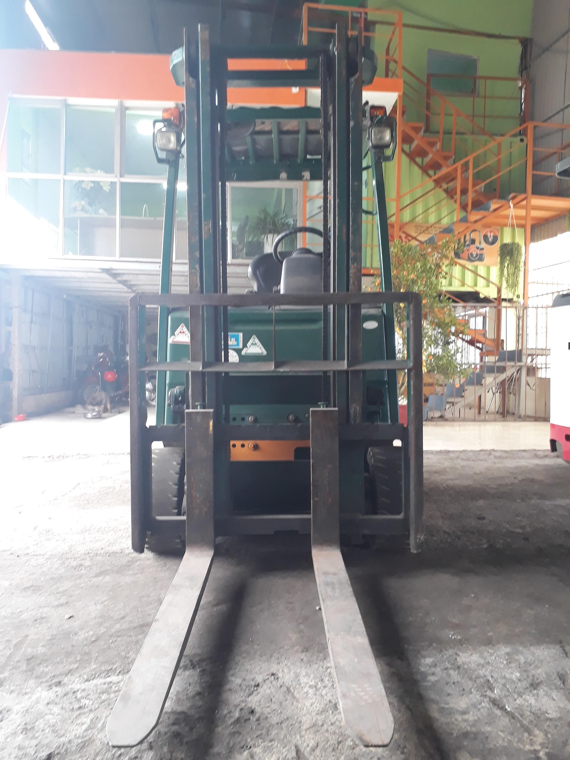 mặt trước Xe nâng điện ngồi lái Komatsu FB15-12, 1.5 tấn, sx 2007