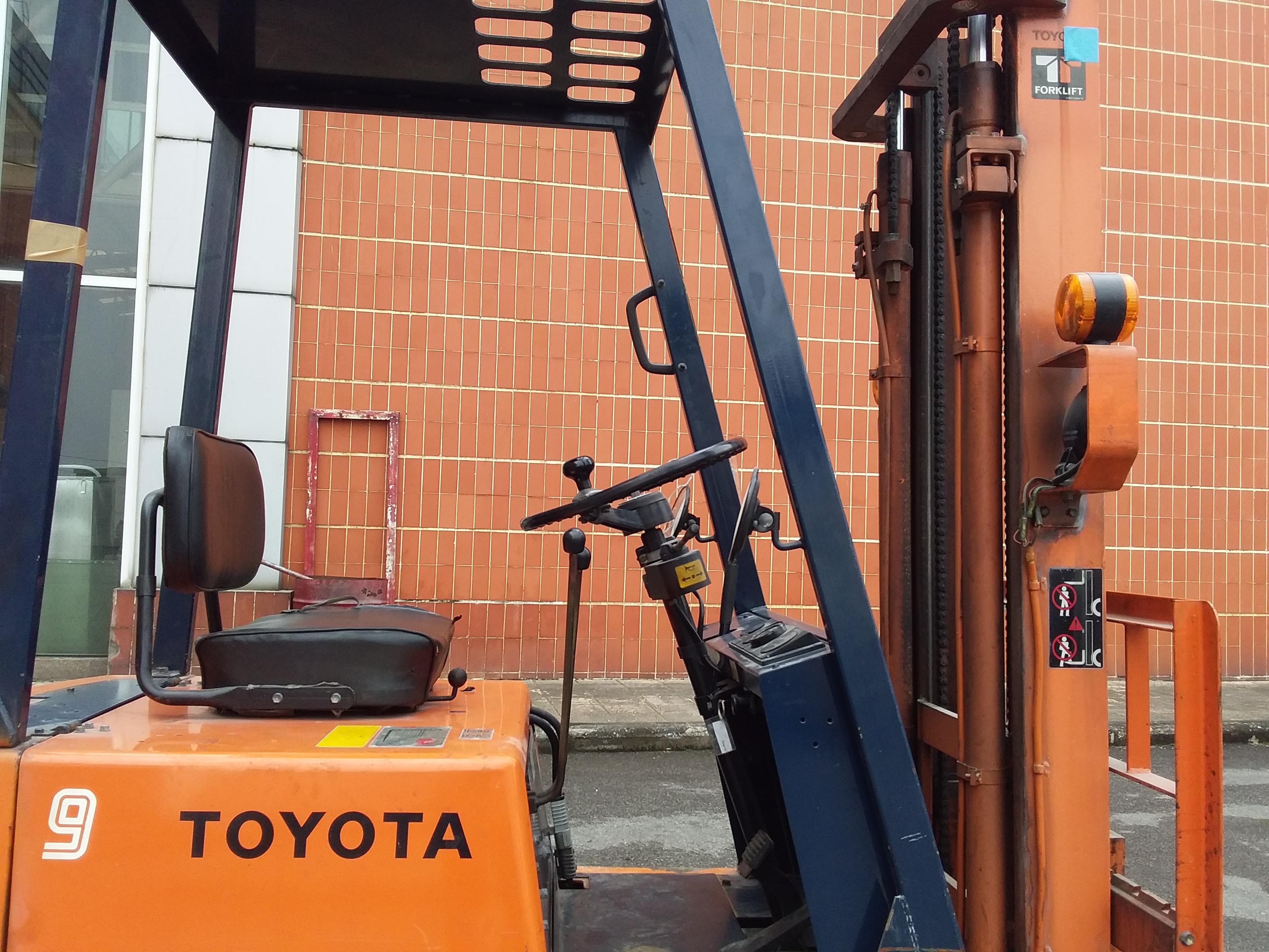 ảnh khoang lái Xe nâng điện cũ Toyota 1.3 tấn, model:5FBRS13,sk:5FBRS13-10047, nâng cao 4m, sx 1987.