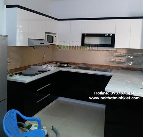 Tủ bếp cao cấp chữ U cho không gian bếp rộng.
