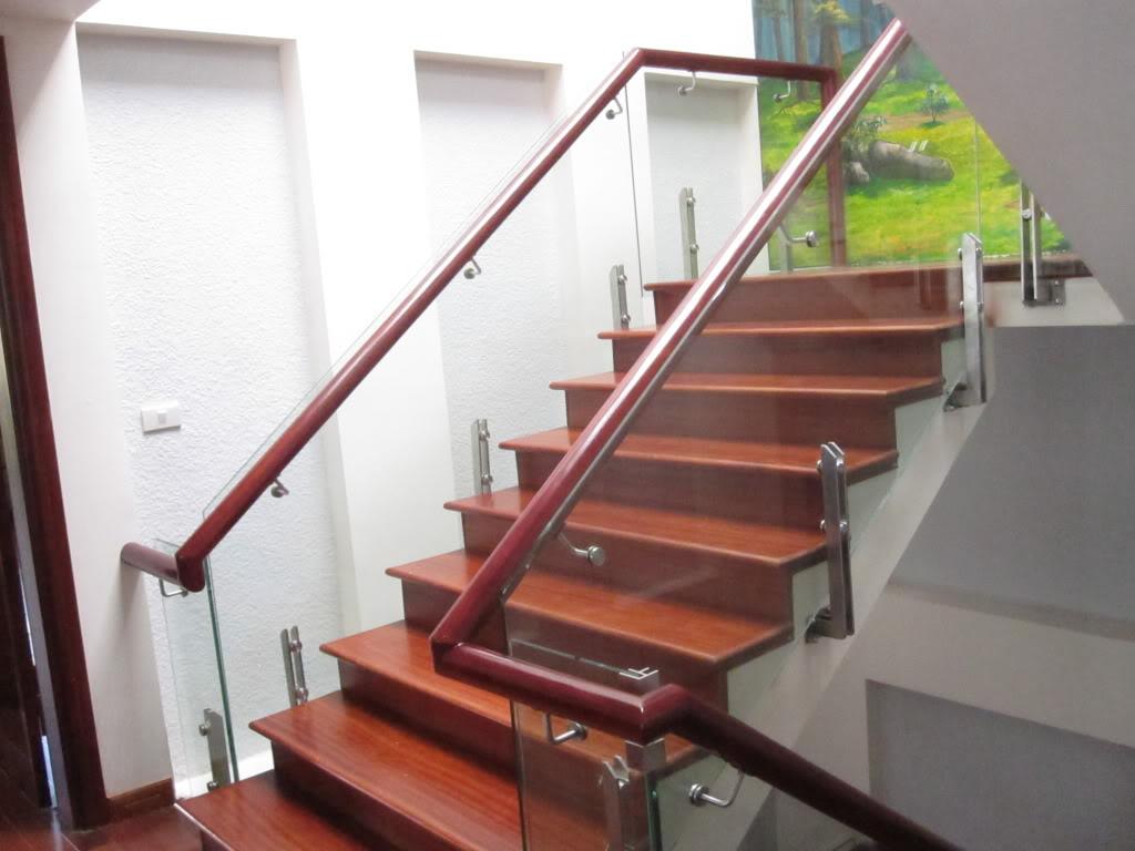 Lan can cầu thang kính cường lực thiết kế thế nào hợp lý?