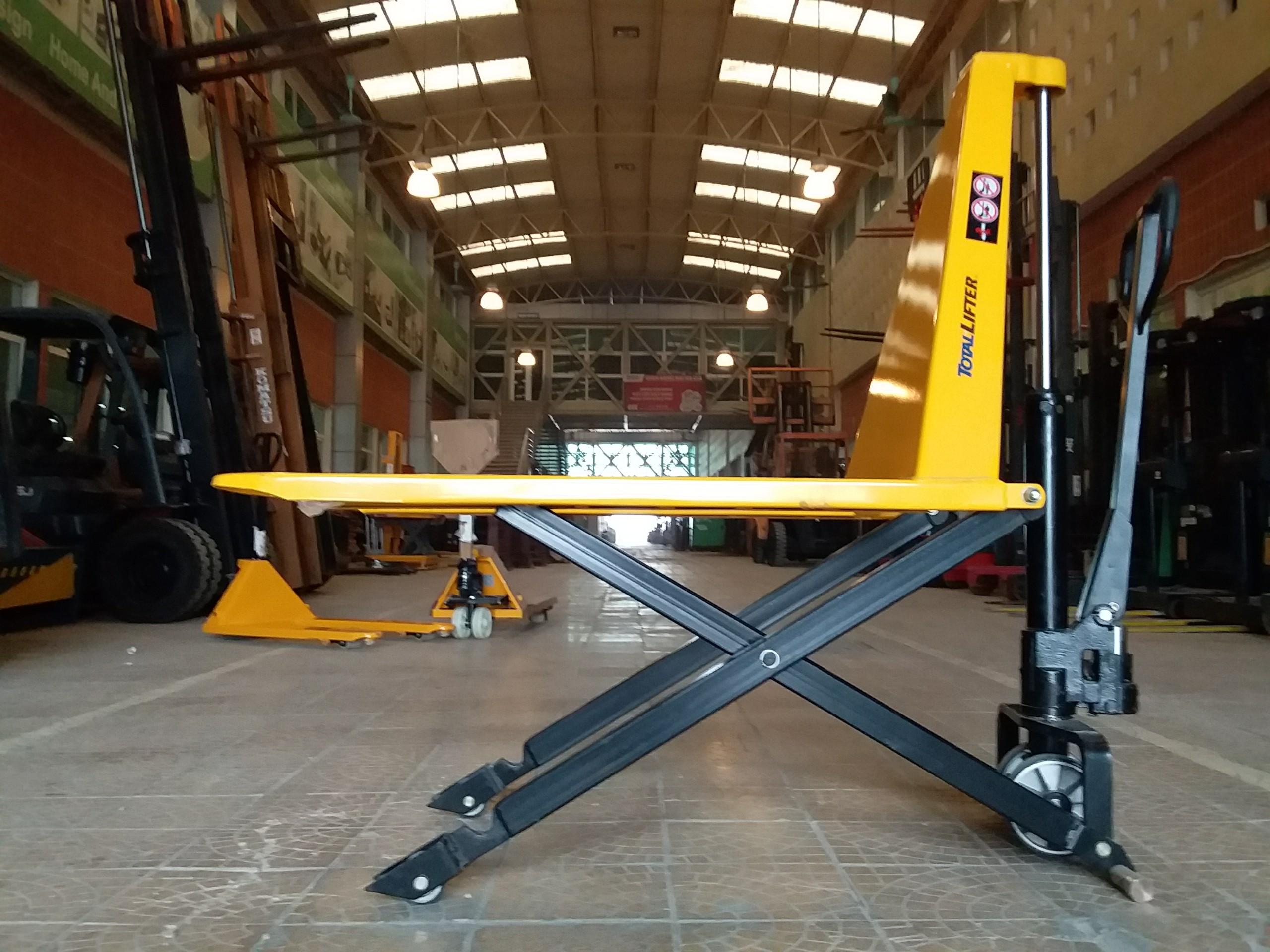 Xe nâng tay cắt kéo 143TA7850,hiệu totallifter,    tải    trọng    nâng    1000kg,    KT 1170x685x16