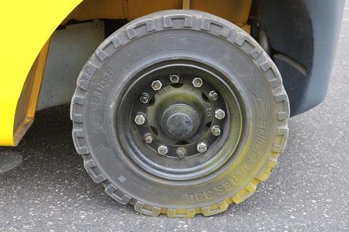 Kiểm tra lốp xe nâng